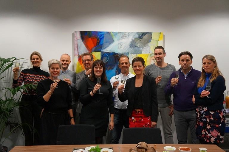 Tijdens een feestelijke toost in Den Haag proostten vertegenwoordigers van Roestvrij Taal en de Rijksoverheid op de hernieuwde samenwerking